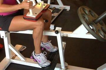 Подъем на носки сидя: позитивная фаза